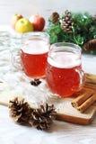 Dos tazas de invierno hacen la cerveza a mano con el casquillo de la espuma Fotos de archivo libres de regalías
