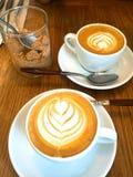 Dos tazas de Latte con arte del Latte Imagen de archivo libre de regalías