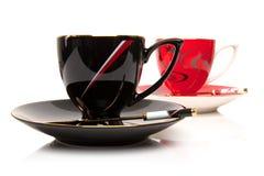 Dos tazas de té aisladas sobre blanco fotos de archivo libres de regalías