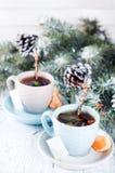 Dos tazas de té con el árbol de la bolsita de té y de Navidad Imagen de archivo libre de regalías