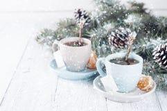 Dos tazas de té con el árbol de la bolsita de té y de Navidad Foto de archivo