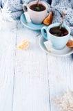 Dos tazas de té con el árbol de la bolsita de té y de Navidad Fotos de archivo libres de regalías