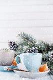 Dos tazas de té con el árbol de la bolsita de té y de Navidad Fotos de archivo