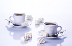 Dos tazas de té con el azúcar y las melcochas Fotos de archivo