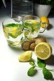 Dos tazas de té con la hierbabuena, el jengibre y el limón frescos Foto de archivo libre de regalías