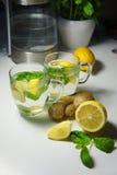 Dos tazas de té con la hierbabuena, el jengibre y el limón frescos Imagenes de archivo