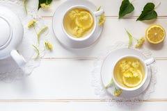 Dos tazas de té del tilo con las flores del tilo imagen de archivo libre de regalías