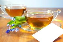 Dos tazas de té y de flores Fotos de archivo libres de regalías