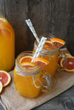 Dos tazas de zumo de naranja Fotografía de archivo