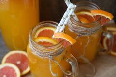 Dos tazas de zumo de naranja Foto de archivo libre de regalías