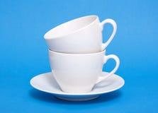 Dos tazas del café con leche llenadas Foto de archivo libre de regalías