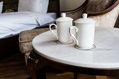 Dos tazas en el escritorio en el hotel Foto de archivo libre de regalías