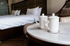 Dos tazas en el escritorio en el hotel Fotografía de archivo