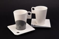 Dos tazas en fondo gris oscuro Foto de archivo