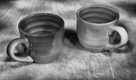 Dos tazas en una tabla de madera imágenes de archivo libres de regalías