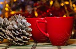 Dos tazas rojas en el stode Foto de archivo