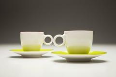 Dos tazas rojas y verdes Imagen de archivo libre de regalías