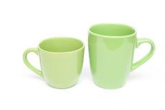 Dos tazas verdes vacian el espacio en blanco Imagenes de archivo