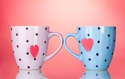 Dos tazas y bolsitas de té con la escritura de la etiqueta en forma de corazón roja Imagen de archivo libre de regalías
