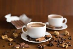 Dos tazas y chocolates de café Foto de archivo