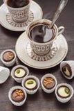 Dos tazas y chocolates de café Imagen de archivo libre de regalías