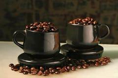 Dos tazas y granos de café Imagenes de archivo