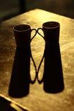 Dos tazas y sus sombras en la tabla Fotos de archivo libres de regalías