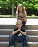 Dos teenages en los pasos de progresión del parque Fotos de archivo
