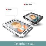 Dos teléfonos realistas y pares planos de los iconos en amor con las burbujas del discurso del diálogo Imagenes de archivo