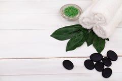 Dos termas vida ainda com essência de alfazema, a toalha branca e vela perfumada na madeira natural Fotos de Stock Royalty Free