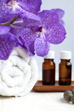 Dos termas vida ainda com a flor da orquídea azul, a toalha e óleos aromáticos Fotografia de Stock
