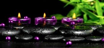Dos termas vida ainda de pedras do basalto do zen com gotas, velas lilás, b Fotografia de Stock