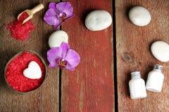 Dos termas vida ainda para o dia do ` s do Valentim do St em cores vermelhas e brancas com flores da orquídea e pedras da massage Fotografia de Stock Royalty Free