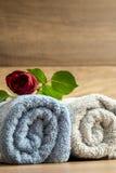 Dos termas vida luxuoso ainda para dois com uma Rosa vermelha fresca bonita Fotos de Stock