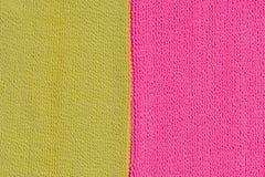 Dos texturas del pa?o que ponen en contraste Rosa y ne?n amarillo foto de archivo libre de regalías