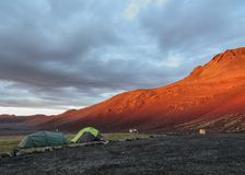 Dos tiendas en una puesta del sol, Kverkfjoll, montañas de Islandia, Europa imagen de archivo libre de regalías