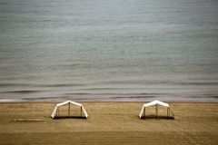 Dos tiendas que se colocan en una playa del Caribe del desierto fotos de archivo