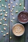 Dos tipes de mantequilla de cacahuete Imagenes de archivo
