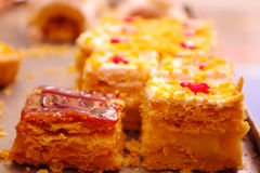 Dos tipos de tortas del ecuadorian, de vainilla y de sabor manjar Fotos de archivo