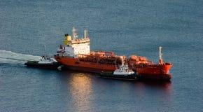 Dos tirones que escoltan el petrolero Crystal East al embarcadero Bahía de Nakhodka Mar del este (de Japón) 12 10 2012 Imágenes de archivo libres de regalías