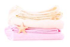 Dos toallas beige y rosadas con las estrellas de mar Imagenes de archivo