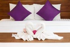 Dos toallas en la hoja de cama blanca Imagen de archivo libre de regalías