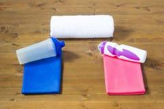 Dos toallas y botellas para los deportes para los hombres y las mujeres Imagenes de archivo