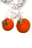 Dos tomates que caen en agua Imagen de archivo