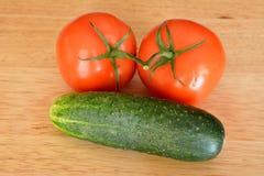 Dos tomates y un pepino Imagen de archivo