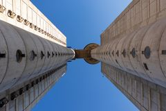 Dos torres altas de una que construye imagen de archivo