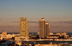 Dos torres blancas de la propiedad horizontal en la puesta del sol en costa Fotos de archivo