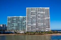 Dos torres costeras enormes de la propiedad horizontal Fotografía de archivo