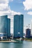 Dos torres de la propiedad horizontal con otras bajo construcción Imágenes de archivo libres de regalías