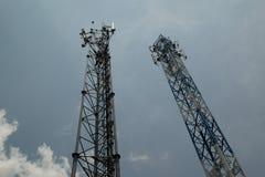 Dos torres de las telecomunicaciones contra el cielo Fotografía de archivo libre de regalías